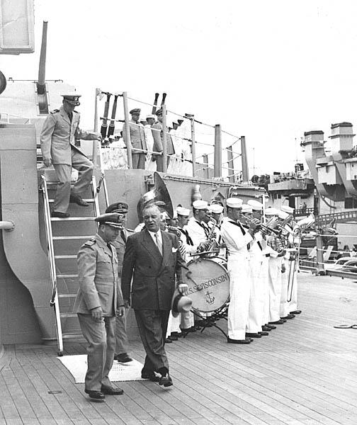 581 Officials visiting ship