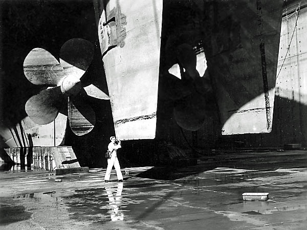 1098 Marv Fulton holding up the rudder.
