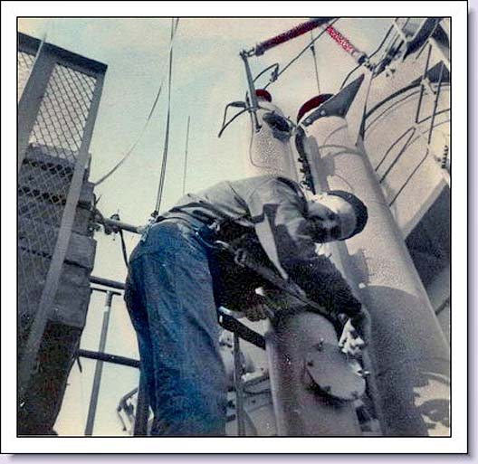 1149 F Harry Ringleben, T Div.1952 Opening an antenna trunk