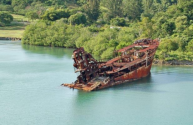 016 00022a Sunken Freighter at Roatan